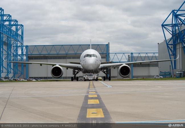 A350_XWB_paint_shop_rollout_10