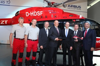 Da sinistra a destra:  Johann Haslberger (Pilota DRF Luftrettung), Franz Ahollinger (Pilota DRF Luftrettung), Manfred Merk (Head of EC145 Program), Hans Jörg Eyrich (Executive Board DRF Luftrettung), Wolfgang Schoder (CEO di Airbus Helicopters Germany), Steffen Lutz (Executive Board DRF Luftrettung) e Thomas Hein (Vice President Customer Relations and Sales Europe for Airbus Helicopters)