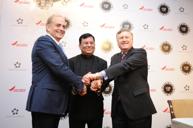 Da sinistra a destra: Calin Rovinescu, CEO di Air Canada e Chairman del Chief Executive Board (CEB) di Star Alliance, stringe le mani in segno di solidarietà insieme a Rohit Nandan, CMD dell'ultimo vettore membro entrato in Star Alliance, Air India, e Mark Schwab CEO di Star Alliance