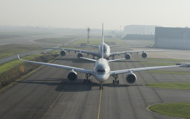 Il quarto Airbus A380 di Qatar Airways accompagna il primo A350 XWB della compagnia aerea a Doha per l'entrata in servizio