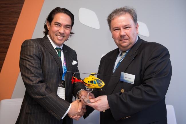 Dato' Seri Mahmud Abu Bekir Taib, Chairman di Sarawak Cable (a destra) riceve un modellino dell'H135 da Fabrice Rochereau, Vice President di Airbus Helicopters - Head of Sales for South East Asia & Pacific region
