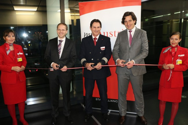 Foto Ribbon Cutting - accompagnati dallo staff Austrian (da sinistra a destra): Robert Heusmann, Austrian Airlines Project Manager Embraer Integration, Captain Rudolf Buchsteiner, Embraer Fleet-Chief, e Mathieu Duquesnoy, Vice President, Marketing & Sales, Europe, Middle East & Africa, Embraer Commercial Aviation