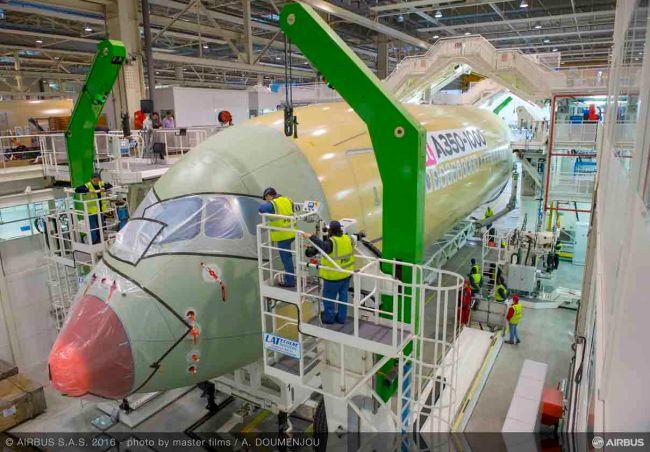 L'Airbus A350-1000 nella linea di assemblaggio finale