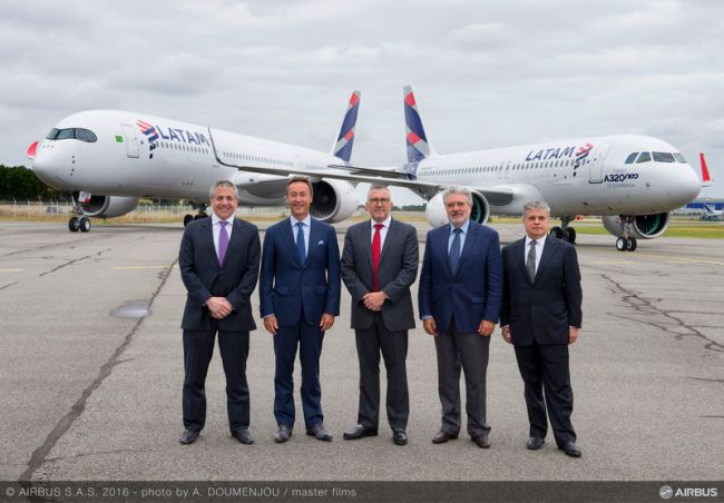 Da sx a ds Roberto Alvo, Senior VP ‎International & Alliances, LATAM Airlines Group; Fabrice Brégier, Presidente e CEO Airbus; Enrique Cueto, CEO, LATAM Airlines Group; Rafael Alonso, Presidente, Airbus Latin America & Caribbean; Jose Maluf, VP Fleet & Engines, LATAM Airlines Group .