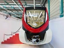 """""""Unsere Projektteams in Wien und Saudi-Arabien haben viel Herzblut in die Entwicklung und Fertigstellung des ersten Exemplars gesteckt, das vor allem auf die extremen Klimabedingungen vor Ort ausgelegt sein muss. Daher sind wir besonders stolz, als erstes der drei Konsortien das Fahrzeug der Öffentlichkeit präsentieren zu können"""", sagt Jochen Eickholt, Chef der Bahnsparte von Siemens. Derzeit wird der erste Zug im Klima-Wind-Kanal des Rail Tec Arsenals (RTA) in Wien getestet. Im Frühjahr beginnen die Tests im Prüf- und Validationcenter in Wegberg-Wildenrath.""""Our project teams in Vienna and Saudi Arabia poured all their heart and soul into the development and completion of the first train which is specially equipped for the extreme climatic conditions in Riyadh. So we are especially proud to be the first of the three consortia to present our vehicle to the public,"""" says Jochen Eickholt, CEO of Siemens Mobility. The first train is currently being tested for extreme conditions in the climatic wind tunnel at Rail Tec Arsenal (RTA) in Vienna. In spring 2016, dynamic testing will commence at the Siemens Test and Validation Center in Wildenrath, Germany."""